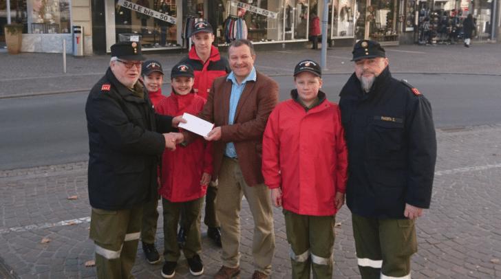 Auf dem Foto zu sehen sind Josef Nageler (Präsident des Lionsclub Villach), OBI Franz Hueter, BI Pakosta Christian und Mitglieder der Jugendfeuerwehr Möltschach.