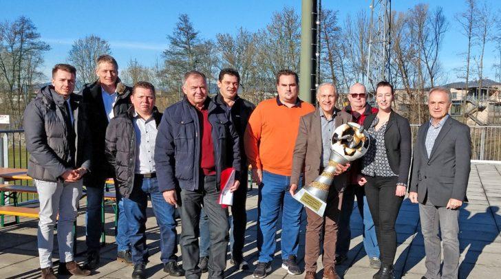 Vizebürgermeister Jürgen Pfeiler mit ASK-Präsident Ewald Wiedenbauer (r.), Turnierleiter Christian Trappitsch (5.v.r.) sowie Vertreter aller teilnehmenden Vereine.