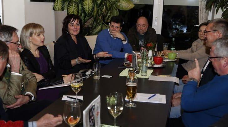 Vizebürgermeisterin Petra Oberrauner mit Unternehmerinnen und Unternehmern des Hans-Gasser-Platz-Viertels beim Gedankenaustausch.