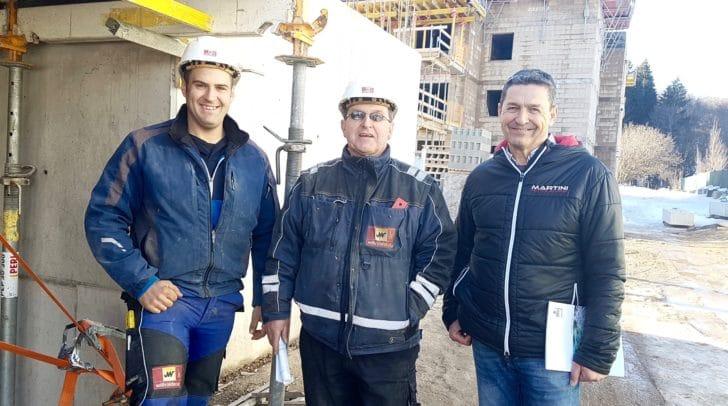 Baustellenbesuch bei den Profis von Willroider: Markus Frank, Wolfgang Schatzmayr und Josef Ram vor dem Bauobjekt