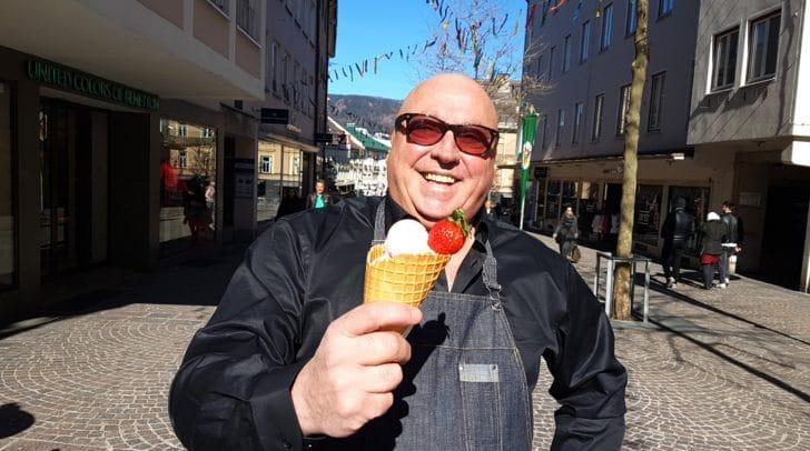 In der Innenstadt war heute viel los. Viele genießen das Wetter bei Eis & Cafe.