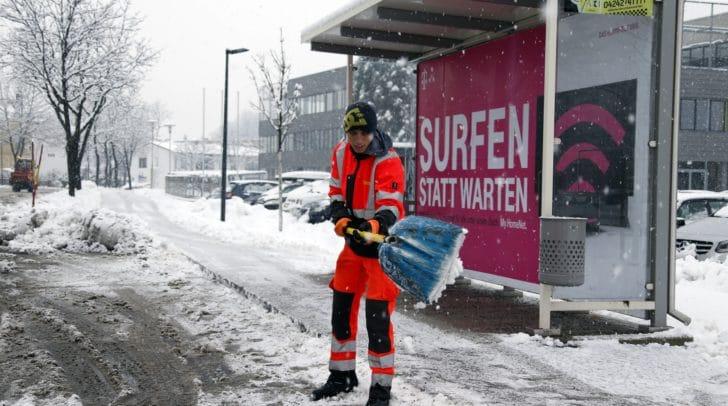 Ein Mitarbeiter des Wirtschaftshofes bei der Schneeräumung in Villach.