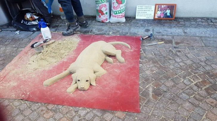 Auch der Sandkünstler am Hauptplatz bat um Hilfe für seine Familie.