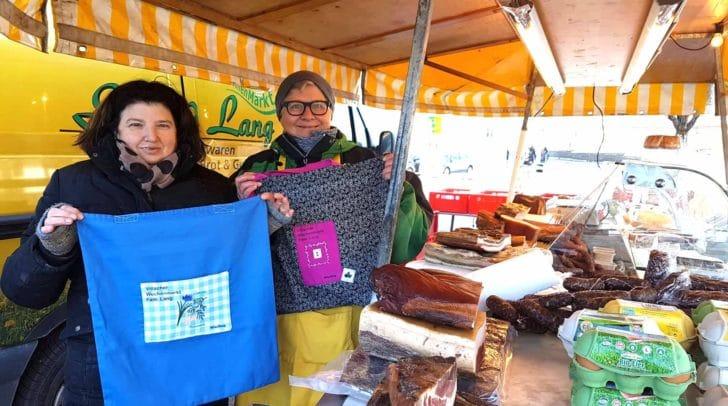 Helga und Sabine geben an ihre Kunden tolle recycelte Einkaufstaschen aus - kostenlos.
