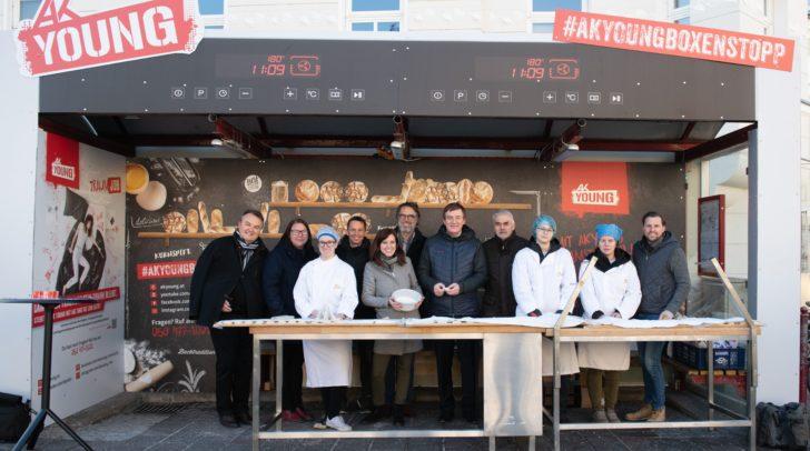 Immer donnerstags: Bäckerlehrlinge zeigen ihr Handwerk bei Backofen-Bushaltestelle.
