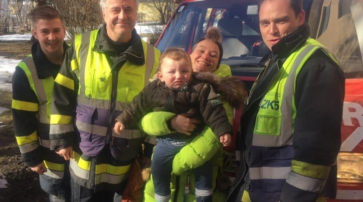 Mama und Kleinkind Tim überglücklich zwischen den zahlreichen Helfern