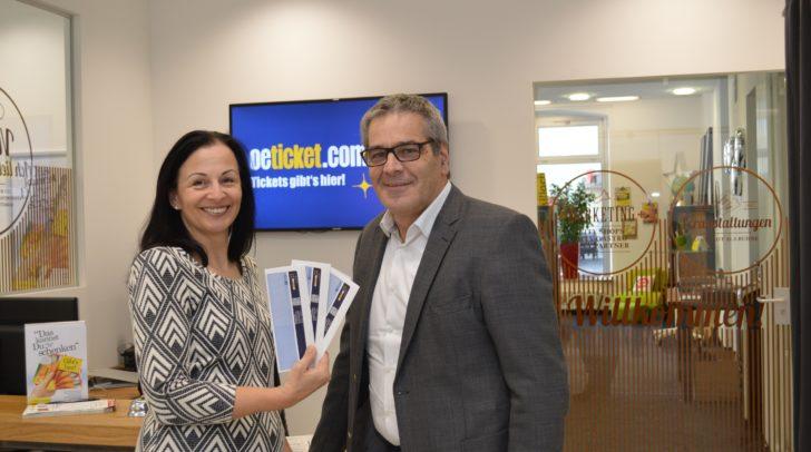 Neu im Stadtmarketing-Büro – auch Ö-Tickets können ab sofort erworben werden: Am Bild Geschäftsführer Gerhard Angerer mit Marianne Schöffmann.