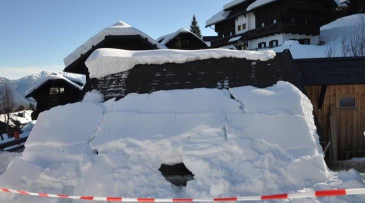 Dachlawine einer Schneebar am Nassfeld.