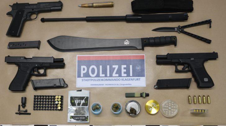 Neben Cannabiskraut und einem Briefchen mit Heroin-Anhaftungen wurden auch etliche Waffen sichergestellt.