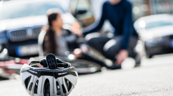 Die 60-jährige Radfahrerin wurde vom überholenden PKW irritiert und prallte gegen ein geparktes Fahrzeug.
