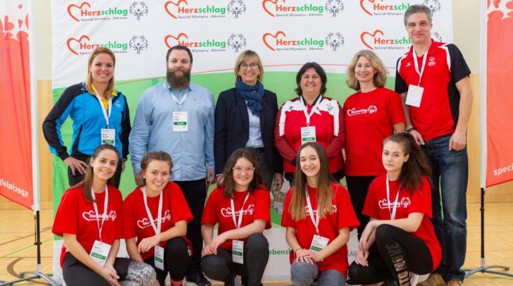 Birgit Morelli, Erich Hober, Petra Mayer, Lorraine Angerer, Linda Haluschan, Raphael Loskot mit Schülerinnen der 3CHW.
