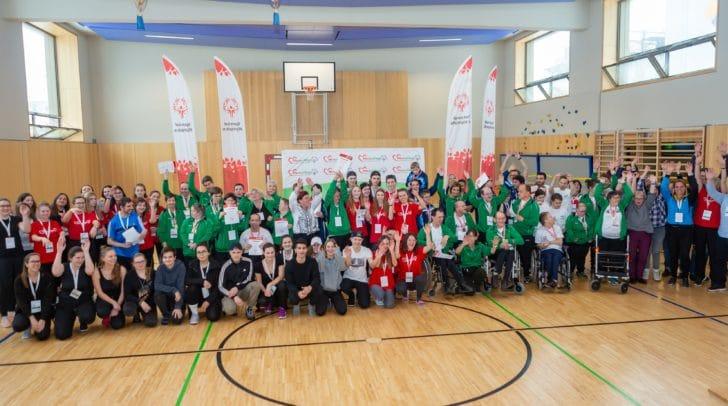 Gruppenfoto mit Sportlern, Trainern und Schülern des CHS Villach.