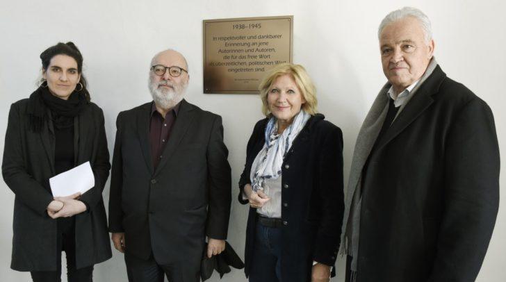 Der Präsident des PEN-Clubs Kärnten Günter Schmidauer, mit Elisabeth Erler vom PEN-Club Österreich, Bgm. Maria-Luise Mathiaschitz und Prof. Vinzenz Jobst.
