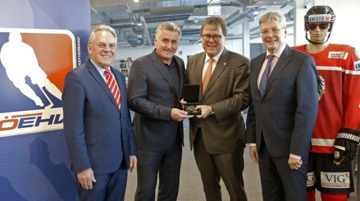 LH Peter Kaiser, Dieter Kalt und ÖEHV Präsident Gernot Mittendorfer bei der Ehrung von VSV Legende Giuseppe Mion