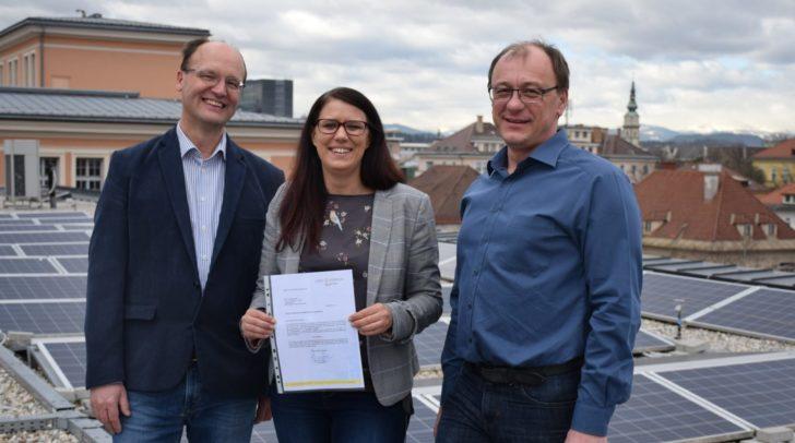 Auf dem Dach der HTL1 Lastenstraße: Landesrätin Sara Schaar mit HTL-Direktor Michael Archer und HTL-Lehrer Andreas Albel.