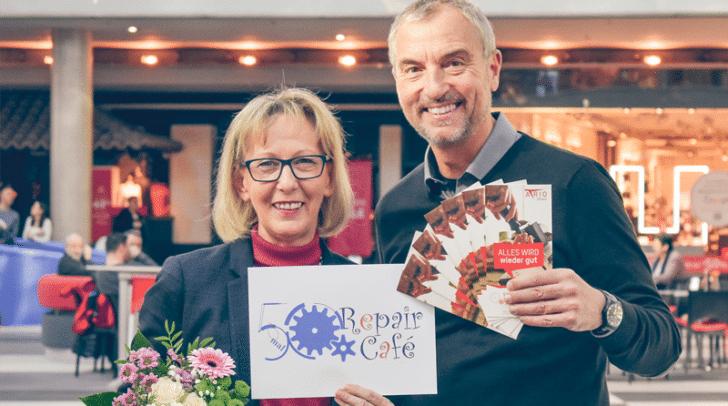 unruhestandAKTIV Obfrau Renate Schlatter und Center-Manager Richard Oswald freuen sich über das 50. Repair Café