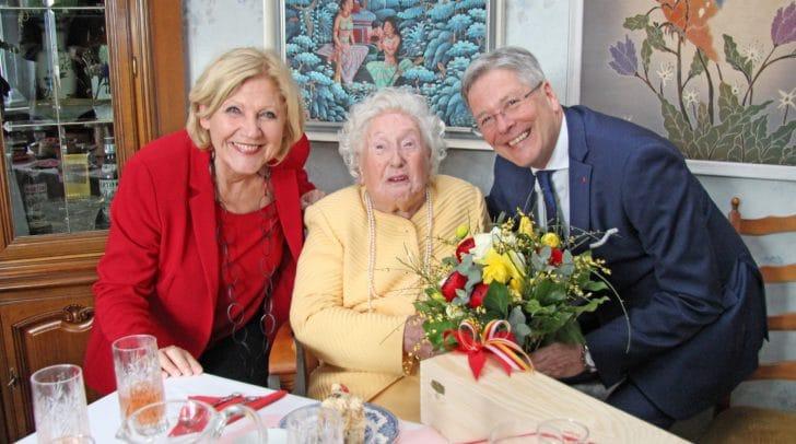 v.l.n.r.: Bürgermeisterin Maria-Luise Mathiaschitz, Katharina Hönigmann und Landeshauptmann Peter Kaiser.