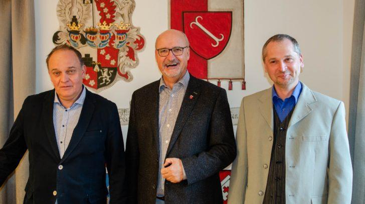 v.l.: Vizebürgermeister Bernhard Gassler, Bürgermeister Klaus Glanznig und Gemeinderat Georg Kleindienst laden zu den Treffner Gesundheitstagen im April.