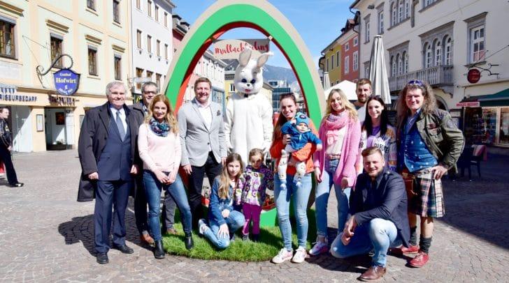 Die neue Attraktion am Ostermarkt: Das Riesen-Osterei ist ein Fotopoint und Treffpunkt am Hauptplatz. Heute wurde das Ei von Bürgermeister Günther Albel feierlich enthüllt.
