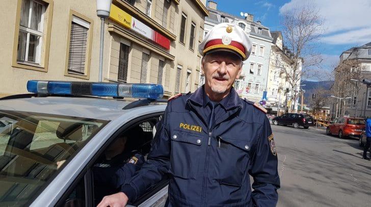Gerhard Ullrich, Leiter der Verkehrsinspektion Villach, passt auf, dass den Närrinnen und Narren nichts passiert!