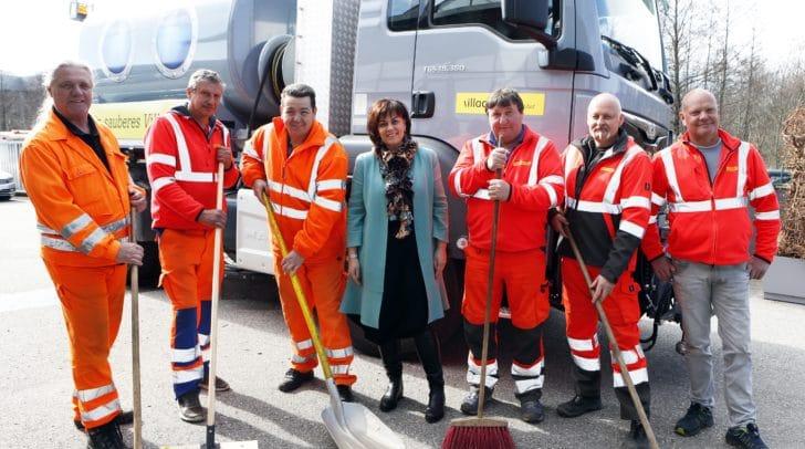 Vizebürgermeisterin Petra Oberrauner mit einer Abordnung des Villacher Wirtschaftshofes beim Start des Frühlingsputzes.