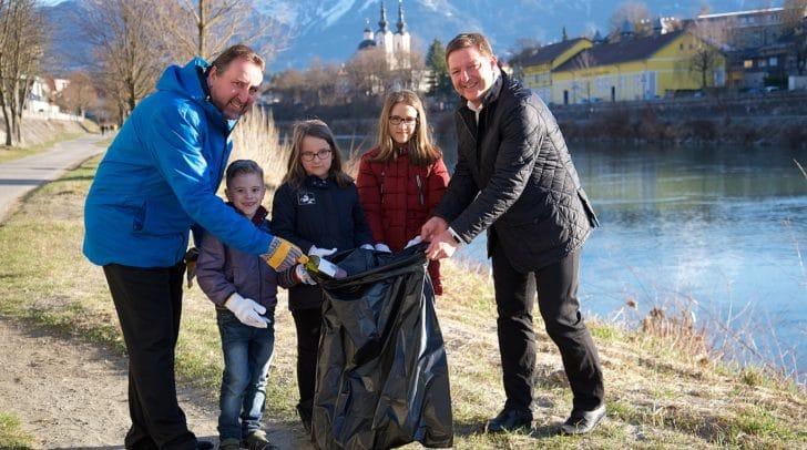 Stadtrat Erwin Baumann und Bürgermeister Günther Albel mit Kindern der VS Khevenhüller, die fleißig beim Müllsammeln helfen.