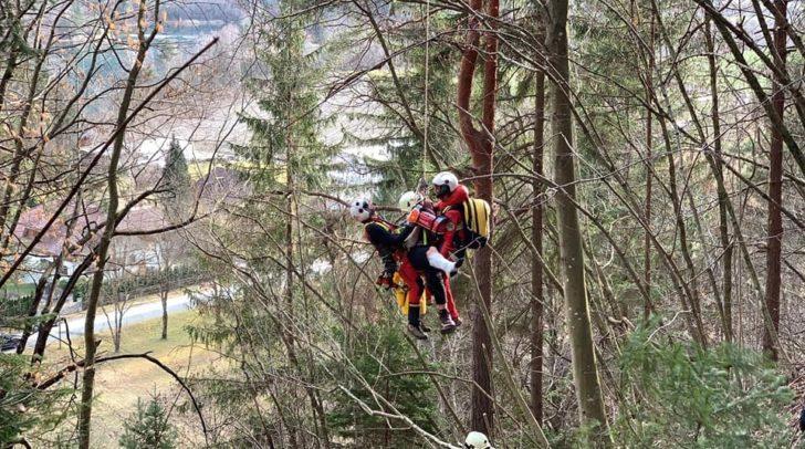 Der Jugendliche wurde mit dem Rettungshubschrauber C11 per Seilbergung gerettet.