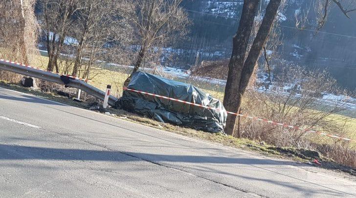 Das abgedeckte Unfallfahrzeug am Straßenrand
