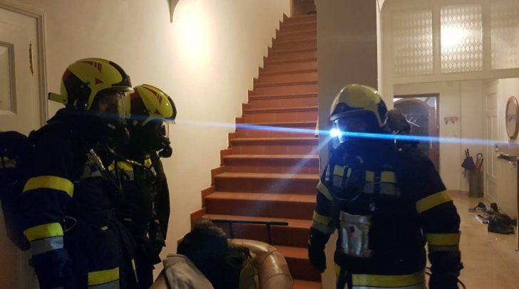 Da der Brand bereits gelöscht war, beschränkte sich die Aufgabe der FF Arnoldstein darauf, die verrauchten Räumlichkeiten zu entlüften.