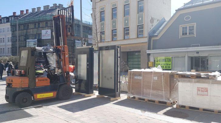 In der Stadt werden die neuen Säulen bereits aufgebaut.