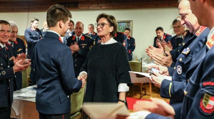 Bürgermeisterin Hilde Gaggl gratulierte zur Angelobung und Beförderung zum Feuerwehrmann: FM Jan Mohrenschildt
