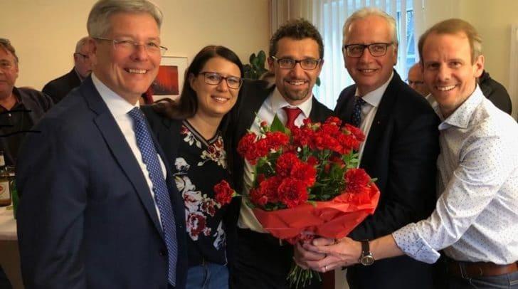 Landeshauptmann Peter Kaiser gratuliert Manuel Müller zur Wahl zum Bürgermeister von Paternion gemeinsam mit LRin Sara Schaar, Landtagspräsident Reinhart Rohr und SPÖ-Landesgeschäftsführer Andreas Sucher.