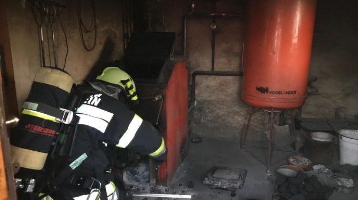 Das stark rauchende Brandgut aus dem Ofen wurde von den Einsatzkräften nach draußen geschafft und abgelöscht.