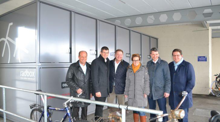 Mobilitätslandesrat Ulrich Zafoschnig und Straßenbaulandesrat Martin Gruber präsentieren die neuen Radboxen.