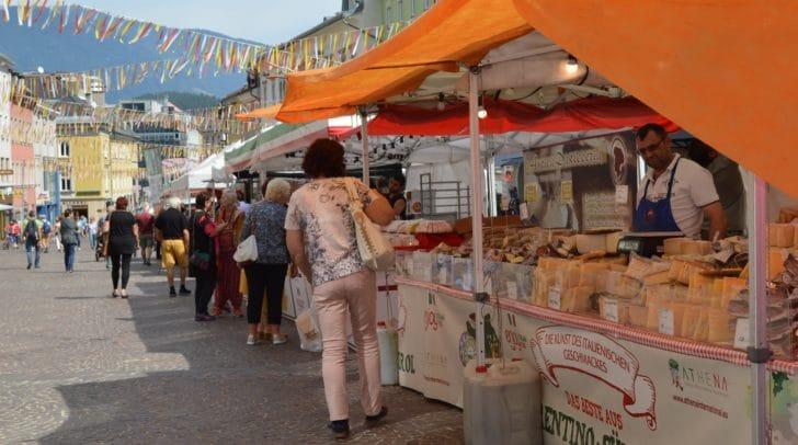 Ab Montag gastiert der Italo-Markt wieder in der Villacher Innenstadt. Fünf Tage lang werden Marktfieranten aus der Toskana, Sizilien, Sardinien, Umbrien und anderen Regionen Italiens, das einzigartige italienische Marktflair wieder auf den Hauptplatz bringen.