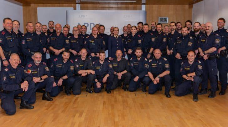Landespolizeidirektorin Michaela Kohlweiß mit den Einsatztrainern.