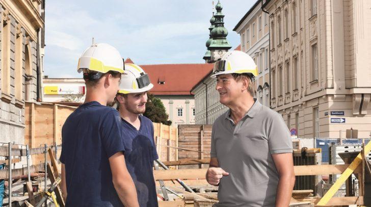 AK-Präsident Günther Goach nimmt sich gerne die Zeit, persönlich mit den Arbeitnehmerinnen und Arbeitnehmern zu sprechen, die er vertritt.