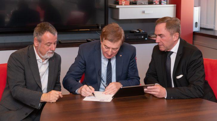 v.l.: ÖGB Landesvorsitzender Hermann Lipitsch, Superintendent Manfred Sauer und AK-Präsident Günther Goach beim Unterschreiben der Petition gegen die neue Karfreitags-Regelung.