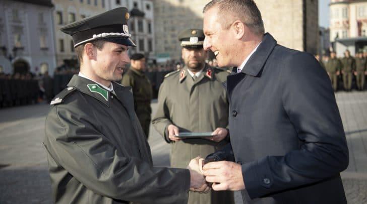 Verteidigungsminister Mario Kunasek überreichte dem Kursbesten, Wachtmeister Fabian Dorfer, den goldenen Ring der Heeresunteroffiziersakademie.