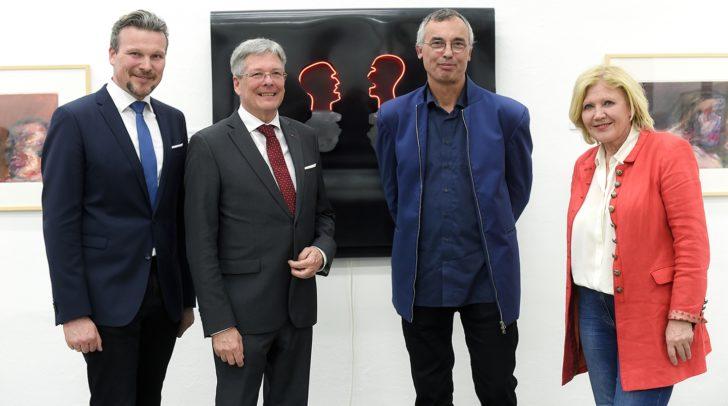 Gratulieren dem Künstler Tomas Hoke zur gelungenen Ausstellung: Kulturreferentin Bürgermeisterin Dr. Maria-Luise Mathiaschitz, Vizebürgermeister Wolfgang Germ und Landeshauptmann Dr. Peter Kaiser.