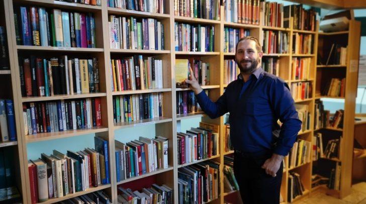 Christopher Slug mit vielen geretteten Büchern.