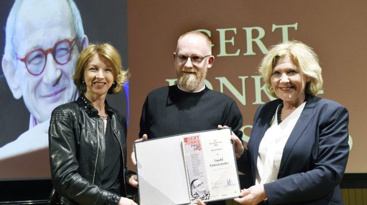 Bürgermeisterin Dr. Maria-Luise Mathiaschitz und Landeshauptmannstellvertreterin Dr. Gaby Schaunig gratulieren dem Gert-Jonke-Preisträger des Jahres 2019, Ewald Palmetshofer.