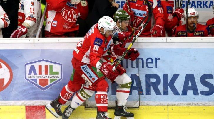 EBEL Eishockey Bundesliga. KAC gegenHCB Suedtirol Alperia. Stefan Geier (KAC), Massimo Carozza (Bozen).