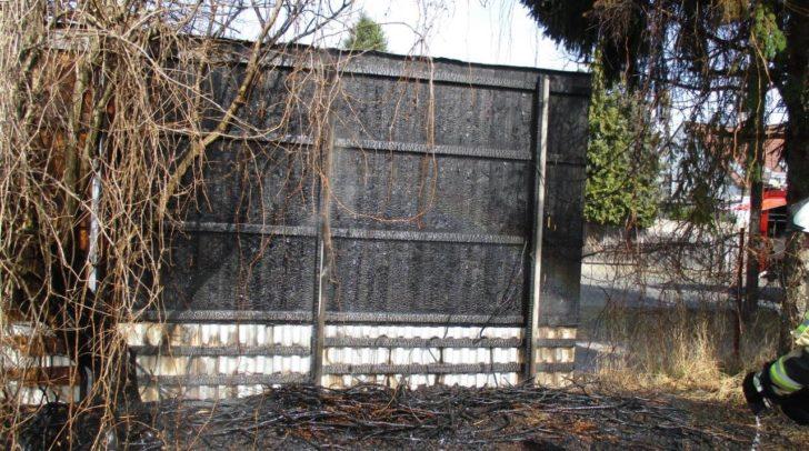 Das Feuer hatte bereits eine Werbetafel am Grundstücksrand erreicht.