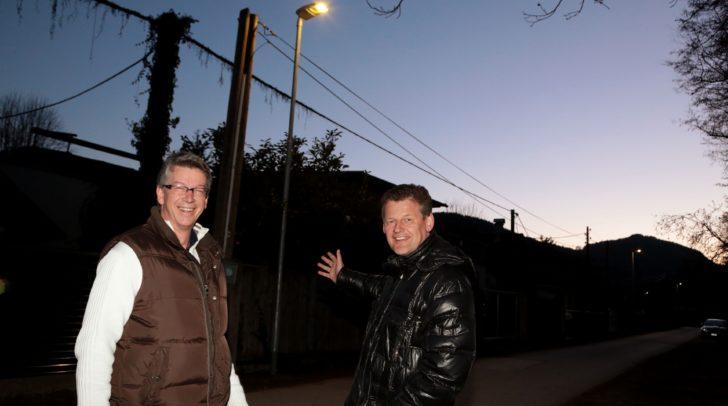 Straßenbaureferent Stadtrat Christian Scheider und Gottfried Mirnig (Öffentliche Beleuchtung, Abt. SV) besichtigen einen Teil der neu aufgestellten LED Lichtstellen.