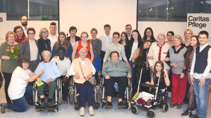 LHStv.in Beate Prettner gemeinsam mit dem Projektteam, SchülerInnen und SeniorInnen.