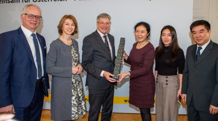 Landtagspraesident Reinhard Rohr, LH-Stv. Gaby Schaunig, LH Peter Kaiser, Vizeministerin Wang Hui, eine Dolmetscherin und Minister Diao Yuhua.
