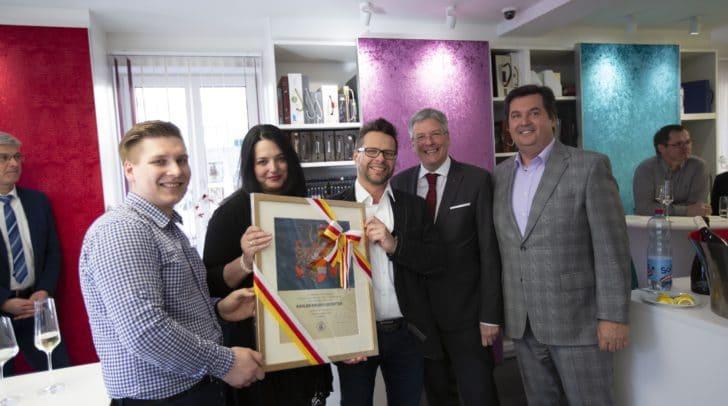 Ingo Radler, Eveline und Robert Radler, LH Peter Kaiser und Klaus Kronlechner von der Wirtschaftskammer bei der Landeswappenverleihung an die Firma Radler.