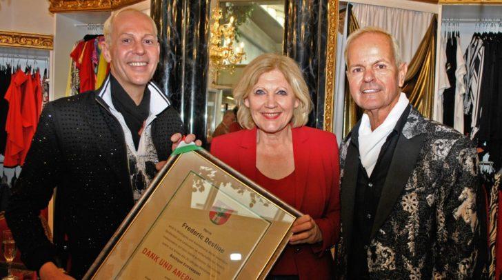 Frederic Destine, Bürgermeisterin Dr. Maria-Luise Mathiaschitz und Johann Ferk bei der Verleihung der Urkunde.