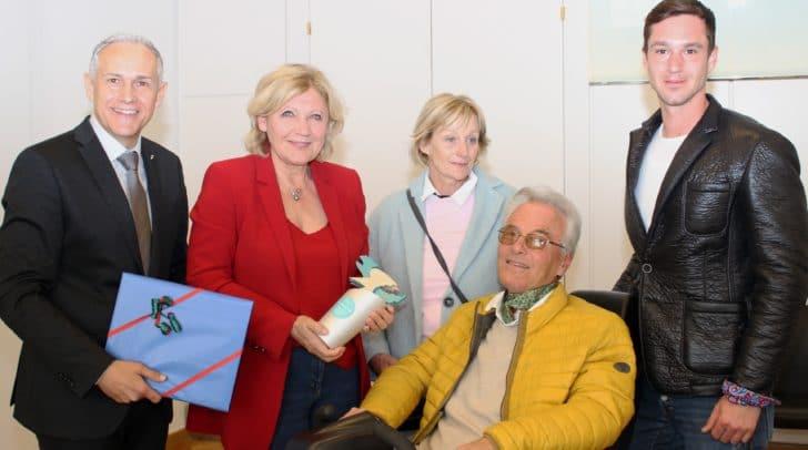 Im Beisein von Gattin Christa und Sohn Hanno erhielt Flugsport-Legende Hanno Prettner von Bgm. Dr. Maria-Luise Mathiaschitz und Vzbgm. Jürgen Pfeiler eine Sonderehrung.